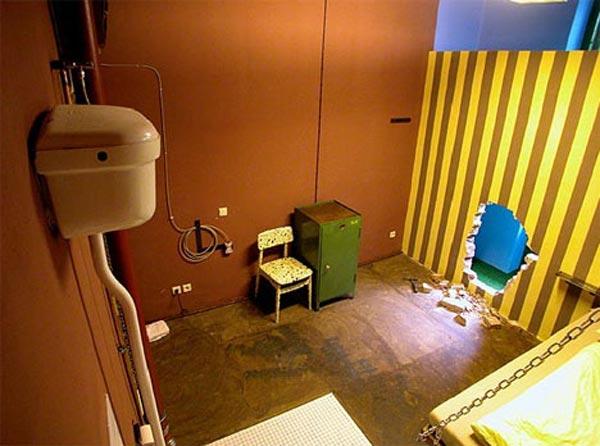 jail-cell-bizarre-art-hotel-room