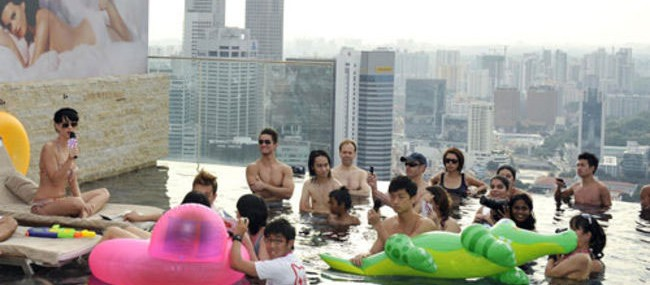 katy-perry-bikini-candids-at-marina-bay-sands-skypark-in-singapore-01