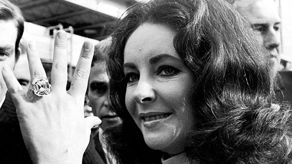 Elizabeth Taylor shows off her 33-carat Krupp Diamond ring in 1968