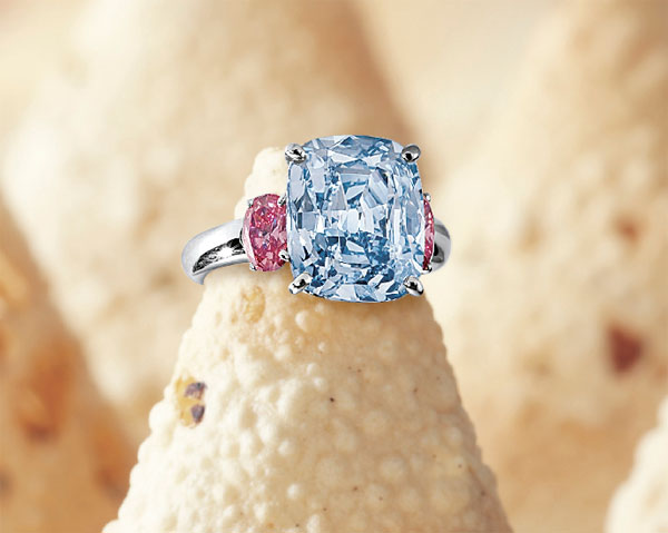 6.01 cart Cushion-shaped Fancy Vivid Blue Diamond and Pink Diamond Ring
