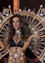 Gold-plated Wings Covered With 105,000 Swarovski Crystals Excelled At Victoria`s Secret Fashion Show