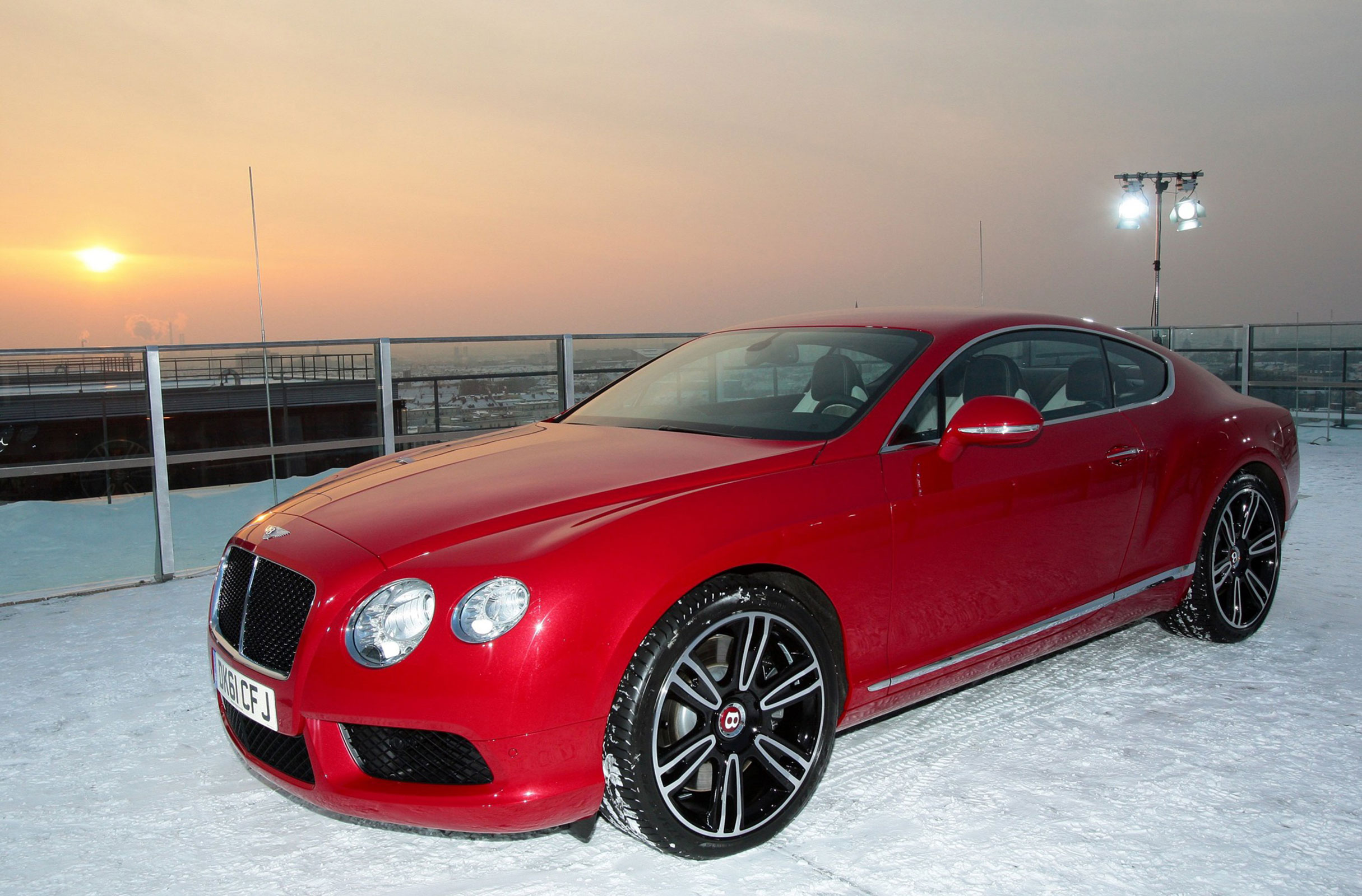 new bentley continental v8 makes dramatic debut over munich extravaganzi. Black Bedroom Furniture Sets. Home Design Ideas