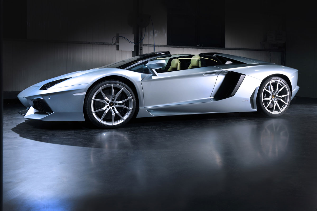 new lamborghini aventador roadster finally revealed extravaganzi. Black Bedroom Furniture Sets. Home Design Ideas