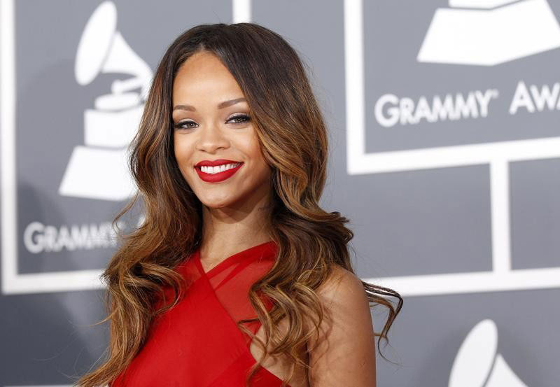 Rihanna Entered Into a Deal with MAC Cosmetics