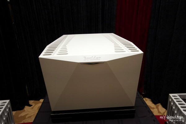 Boulder's 3060 amplifier is a Class A amplifier that utilizes 120 output devices to produce 900 watts into any impedance load