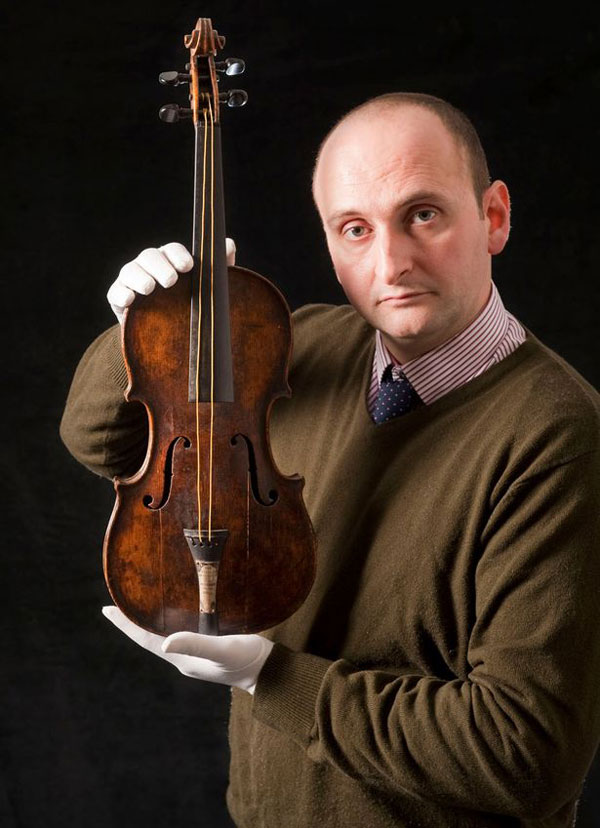 Auctioneer Andrew Aldridge with Wallace Hartley's violin