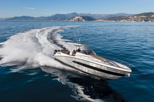 After its success in the U.S., distribution has begun worldwide for the Atlantis Verve with outboard motors.