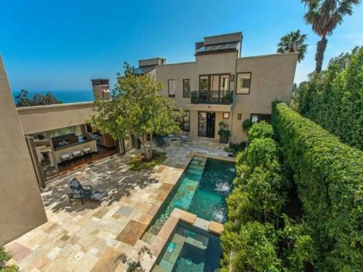 Prime Estate Atop Billionaire's Beach