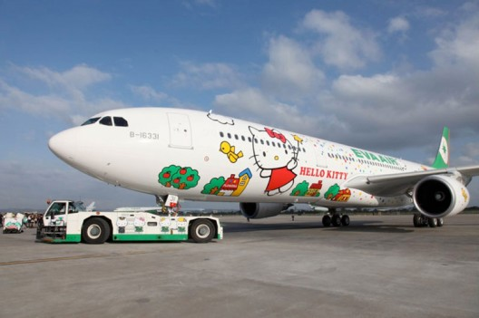 Hello-Kitty-jumbo-jet-(B777-300)-4