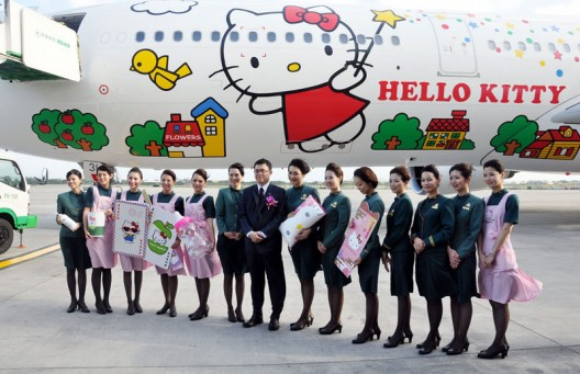 Hello-Kitty-jumbo-jet-(B777-300)-5