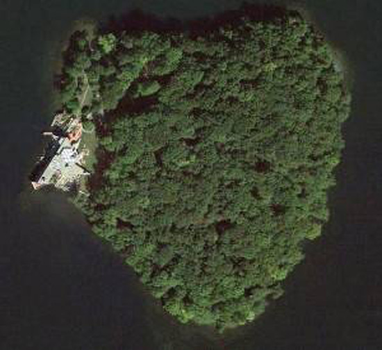 Angelina Jolie buys heart-shaped island for Brad Pitt