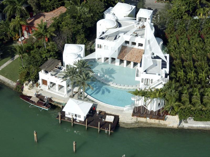 Modern mediterranean style mansion on hibiscus island on for Mansions for sale on the beach