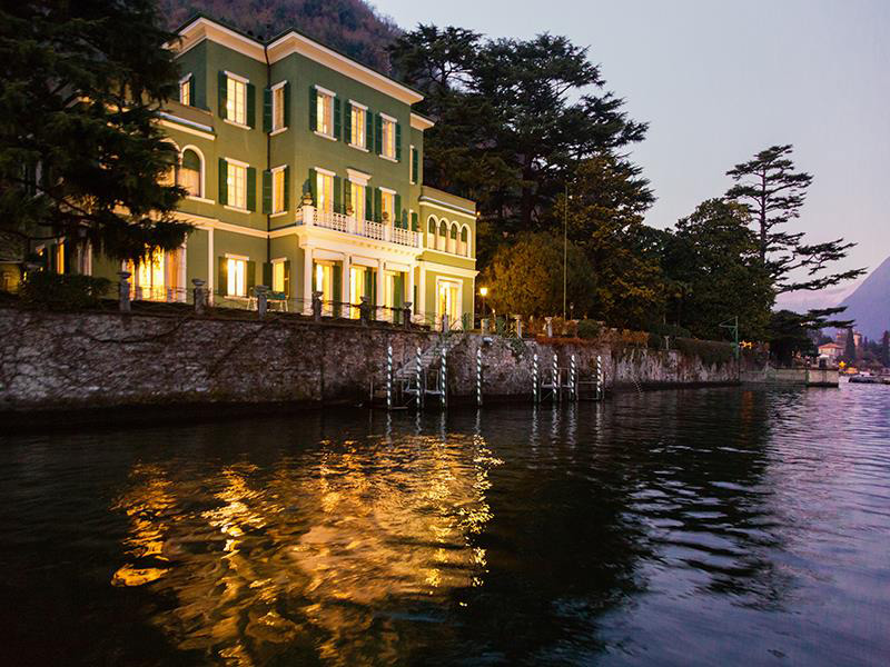 Beautiful lakefront villa on lake como in italy extravaganzi for Lake front homes
