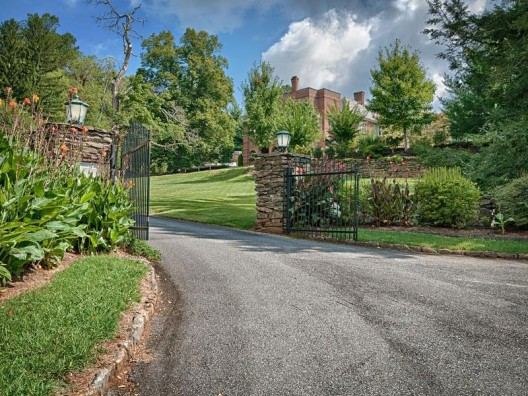 Stratford Towers - Exquisite Brick English Manor Home Inside Lakeview Park
