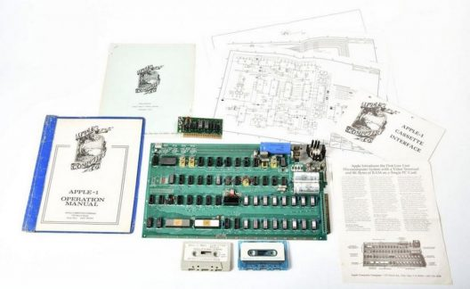 Rare Apple 1 Computer Built by Wozniak and Jobs Auctioned For $815,000