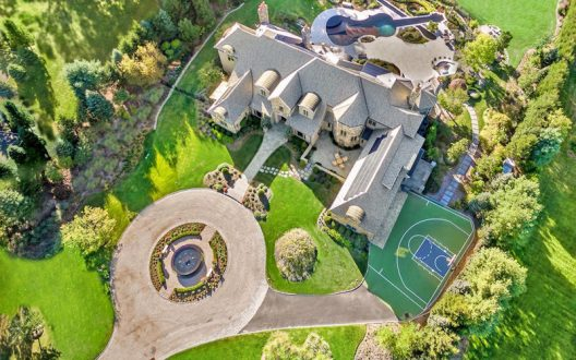 Estate With 90-Foot Violin-Shaped Pool