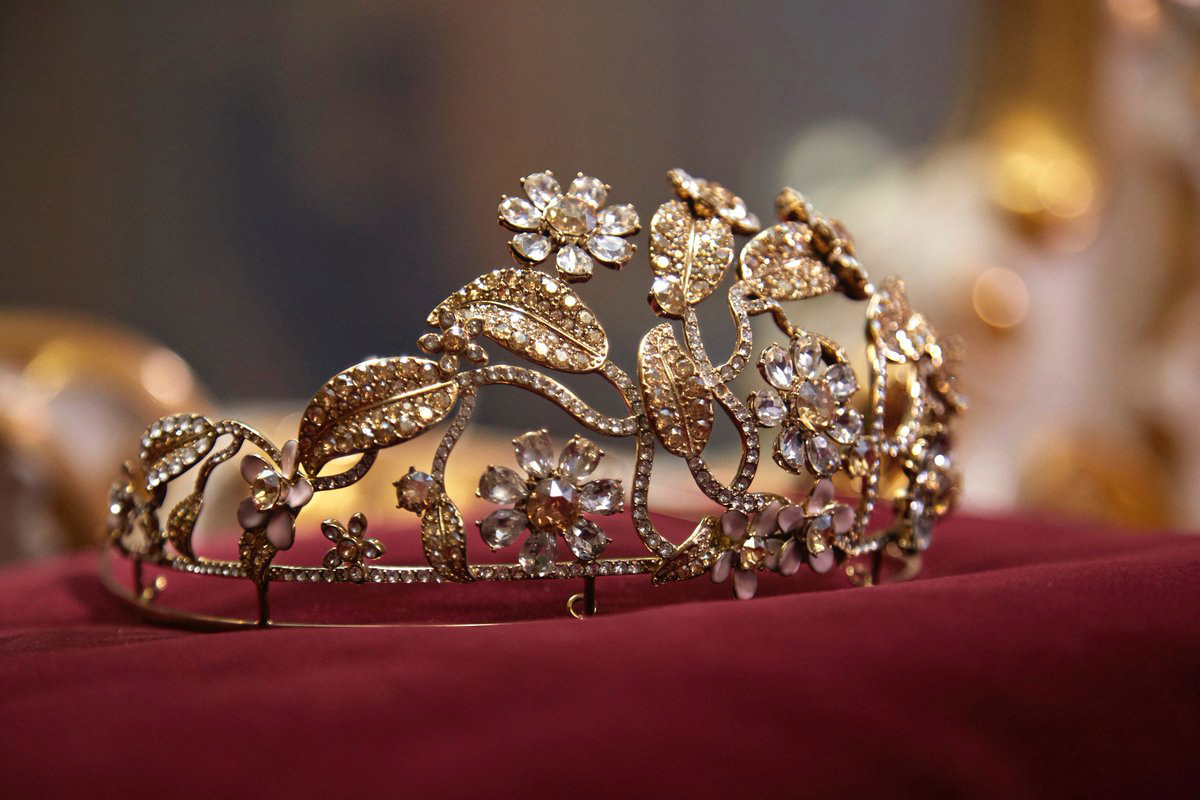0811823e5e97 New Swarovski Studded Dolce   Gabbana Tiara For 2018 Vienna Opera Ball